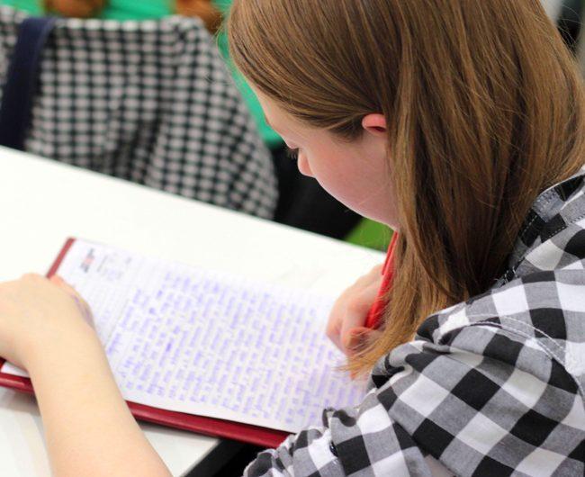 pisząca uczennica